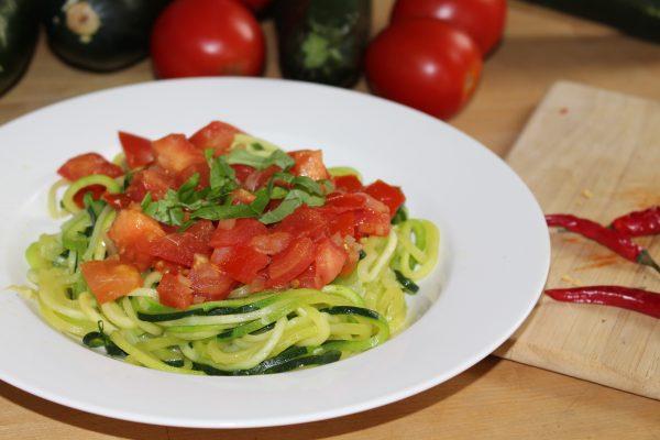 Zoodles mit Tomaten