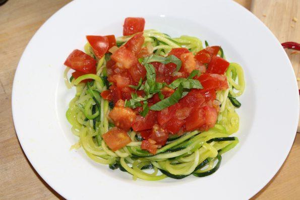 Zucchininudeln mit Tomaten