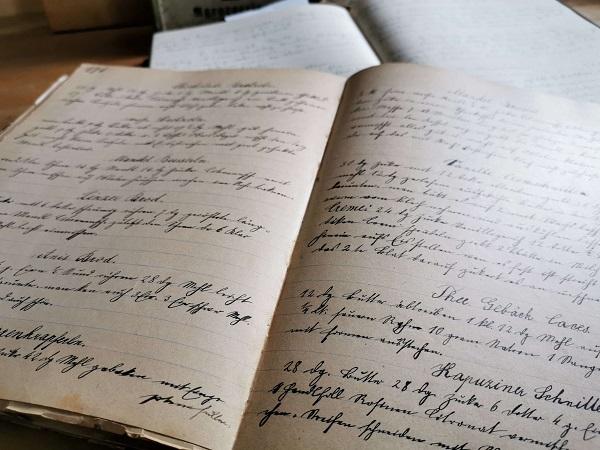 Seite eines alten handgeschriebenen Kochbuches